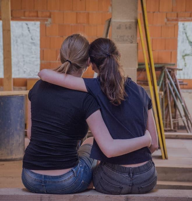 Zwei Frauen auf der Baustelle